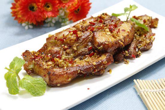 Chần chừ gì nữa, thử ngay món thịt ba chỉ rán sả ớt hấp dẫn này nhé!