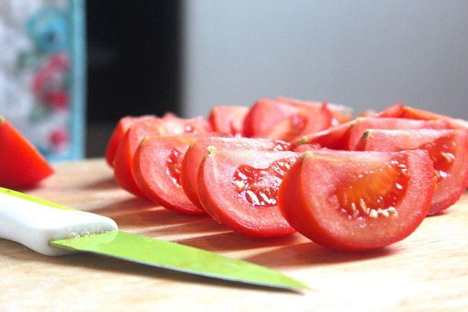 Cắt cà chua thành múi cau
