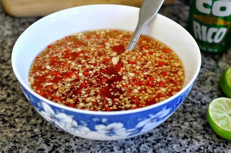 Pha nước chấm chua ngọt