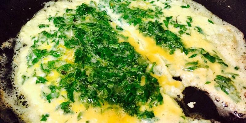 trứng chiên ngải cứu - bạn nên chọn ngải cứu non để trứng không bị đắng
