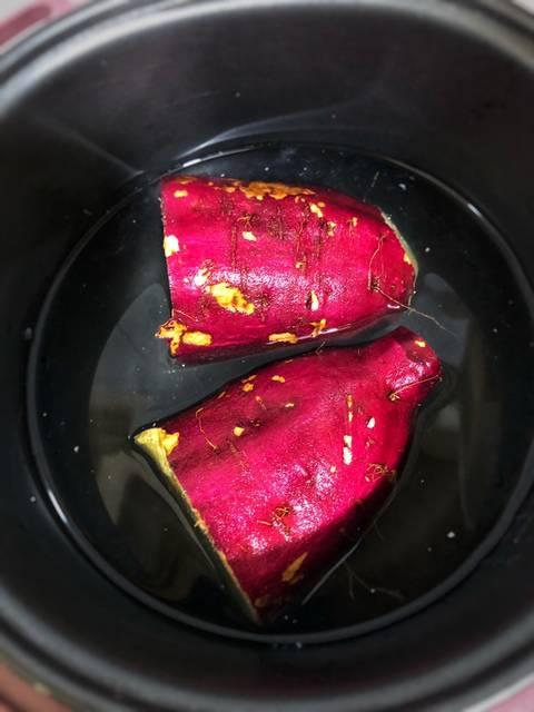 Cho khoai vào nồi cơm điện