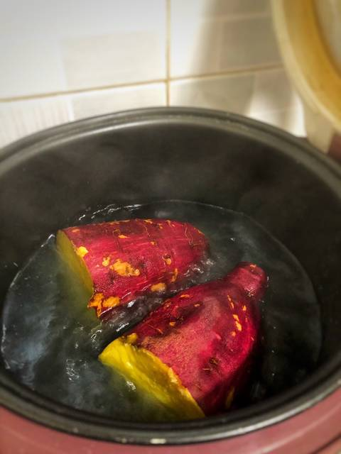 Cách luộc khoai lang bằng nồi cơm điện 2