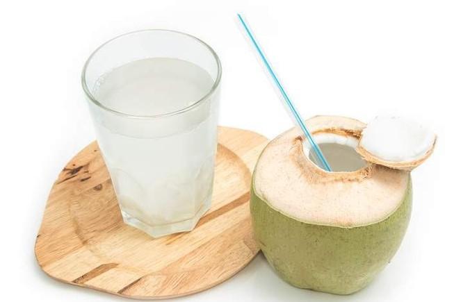uống nước dừa buổi sáng có tốt không
