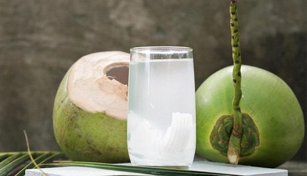 uống nước dừa buổi tối có tốt không