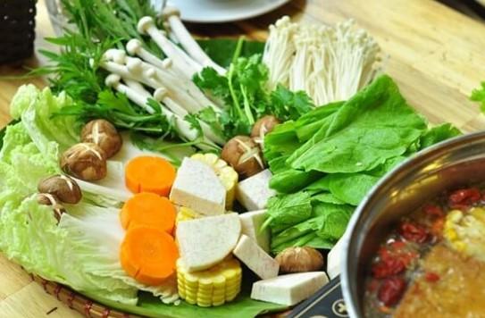Sơ chế các loại rau nấm ăn kèm lẩu thái thập cẩm