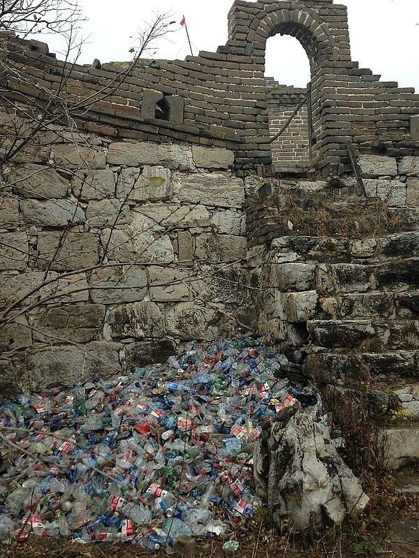 Kỳ quan thiên nhiên thế giới Vạn Lý Trường Thành với đầy rác thải