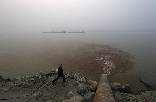 """Con sông Dương Tử hằng ngày """"chịu đựng"""" nước thải"""