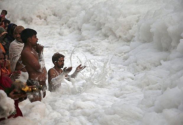 Con sông Yamuna ở đất nước Ấn Độ với đầy bọt biển trắng xóa do bị ô nhiễm