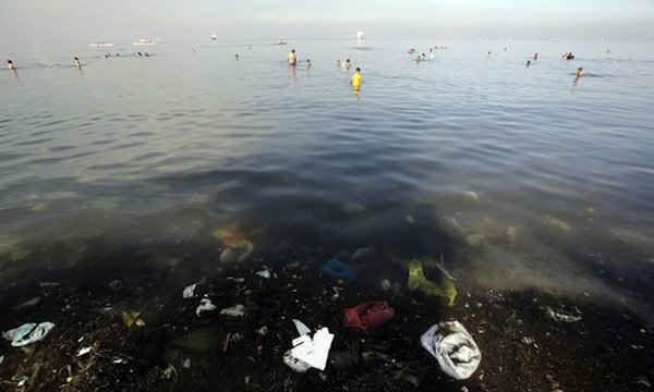Vịnh Manila ô nhiễm của Philippines hằng ngày vẫn thu hút rất nhiều người đến tắm và bơi lội.