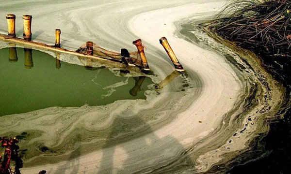 ông Ganges gần Calcutta, Ấn Độ bị ô nhiễm nghiêm trọng bởi các chất thải công nghiệp độc hại.