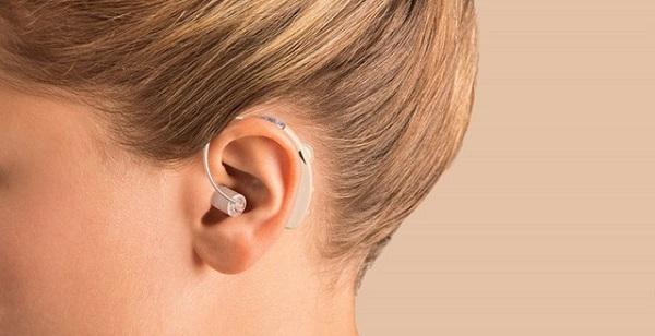 Ngứa tai do đeo tai nghe hay dùng máy trợ thính quá nhiều
