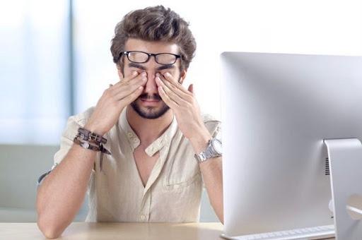Nháy mắt phải nam có thể do làm việc căng thẳng, mệt mỏi