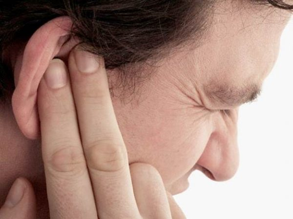 Điềm báo ù tai phải