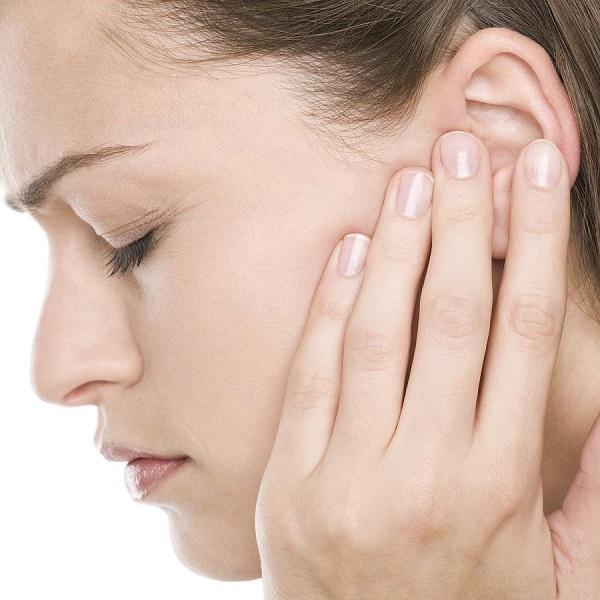 Điềm báo ù tai trái