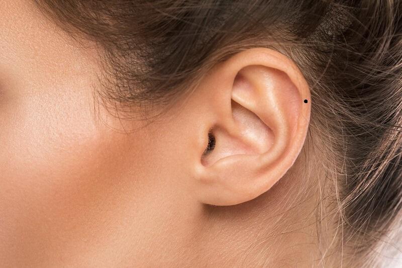 Nốt ruồi ở vành tai phụ nữ