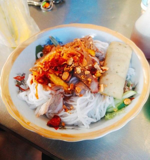 Khu ăn vặt chợ Hoàng Hoa Thám - Sài Gòn