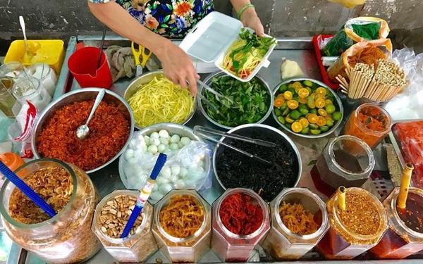 Khu ăn vặt nhà thờ Xóm Chiếu - Sài Gòn
