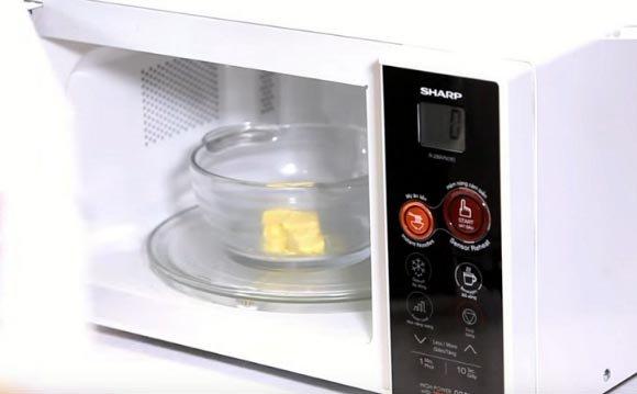 cách làm bắp rang bơ bằng lò vi sóng 1