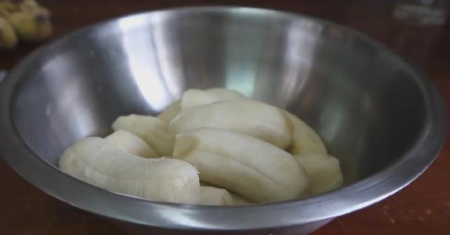cách làm bánh chuối hấp đỏ 1