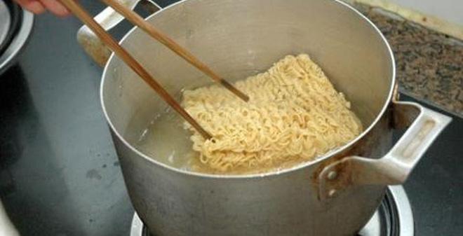 cách làm mì xào trứng giòn 2