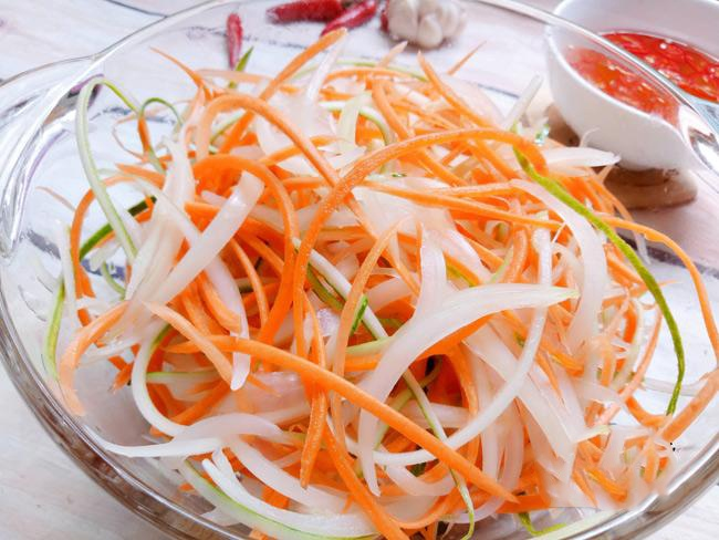 cách làm nộm gà xé phay hành tây cà rốt 7