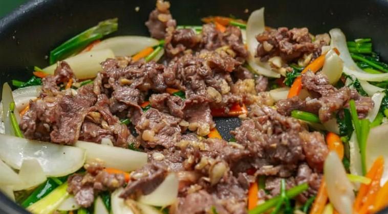 thịt bò xào cà rốt hành tây 5