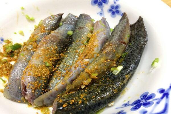 cách nấu cá chạch om chuối 7