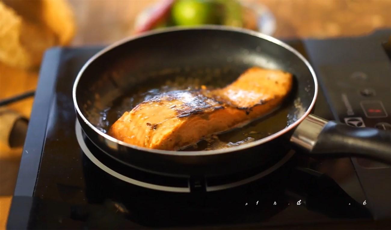 cá hồi áp chảo cho bé với sốt cam 2