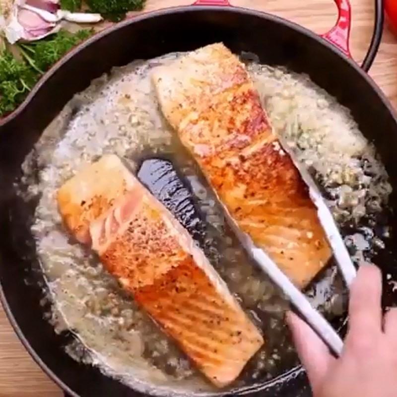 cá hồi áp chảo bơ tỏi cà chua 5
