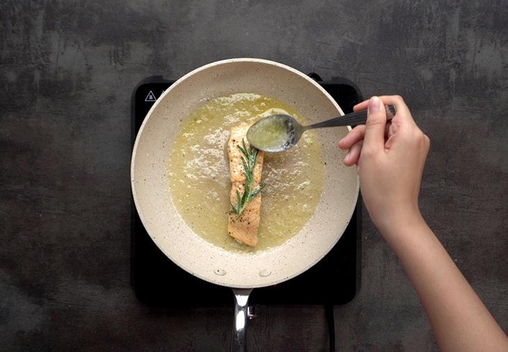 cá hồi áp chảo sốt chanh dây măng tây 4