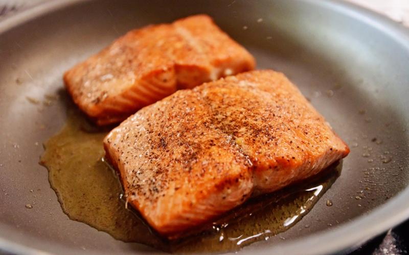 cá hồi áp chảo sốt tiêu đen chanh 1