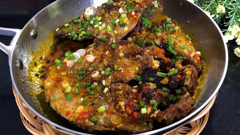 Cách kho cá ngừ tỏi ớt 1