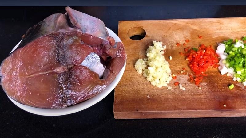 Cách kho cá ngừ tỏi ớt 2